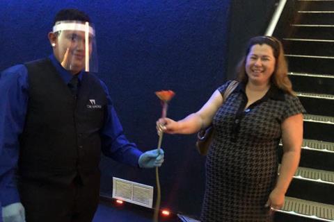 El personal de Cine Magalia obsequiará al cliente con una flor de bienvenida